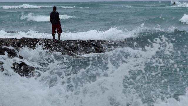 Latest: Airlines cancel flights as hurricane nears Hawaii